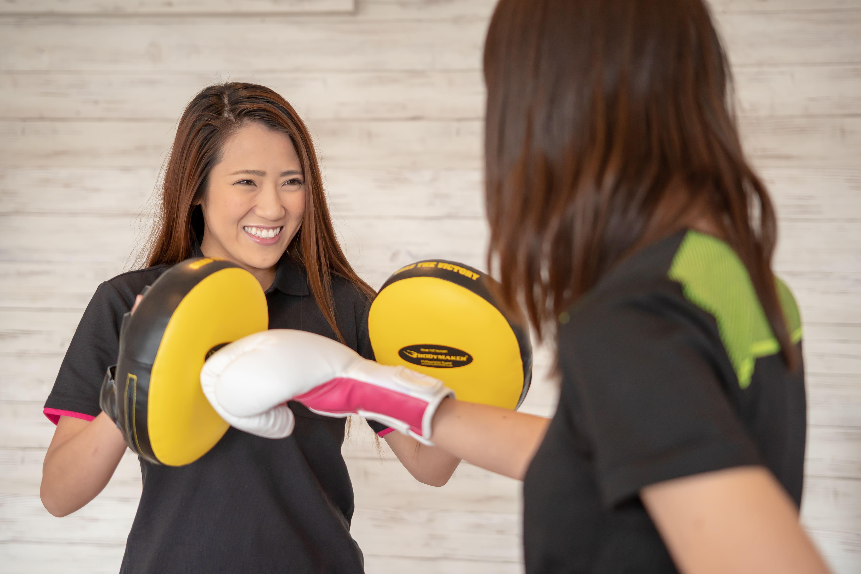 女性同士で楽しくボクシングをしている
